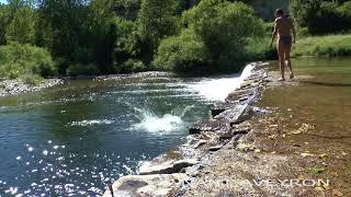 Plage à Nant en Aveyron région Occitanie pour se baigner dans la Dourbie.