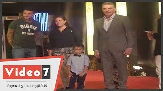 محمود حميدة يصطحب حفيده والفيشاوى على السجادة الحمراء لـ