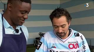 Le chef Pierre Augé fait découvrir au rugbyman Yannick Nyanga un de ses secrets de cuisine