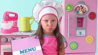 Alice y papá juegan RESTAURANTE con cocina de juguetes