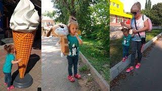 Внучка в гостях у бабушки) Гуляем в парке в центре города на детской площадке