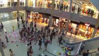 Флеш моб в торговом центре Среднефонтанский 'Красивое предложение руки и сердца'