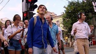 Улица, наушники, командный дух. На что похож спектакль-прогулка «Голос города»?