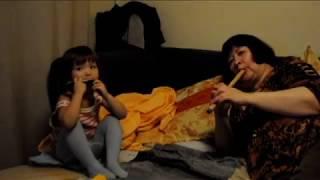 Ангелина и бабушка Саша дудят в губную гармошку и флейту. -  2012 год