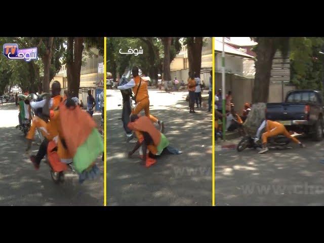 لقطة مثيرة من قلب أبيدجان..مشجع إيفواري طاح من الموطور على المباشر..شوفو أشنو وقع