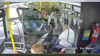 Samochód uderza w bok autobusu Nowy York