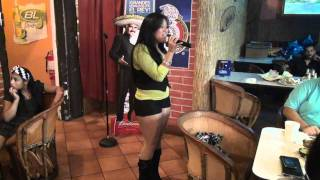 karaoke-calamar Fabi en la misma cama