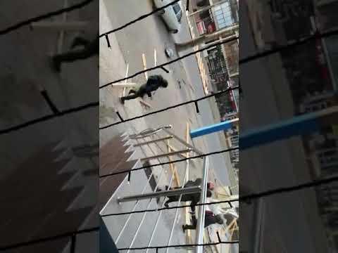 Сильный ветер в Махачкале снёс крышу, люди попали под крышу кровли ,крыша упала на людей в Махачкале