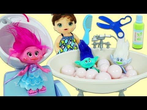 TROLLS Poppy, Branch, & Guy Diamond Visit Baby Alive Beauty Bath Spa And Hair Salon!