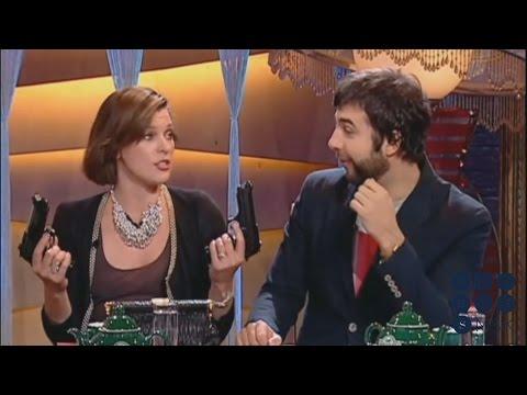 Милла Йовович исполняет народную песню в передаче «Прожектор Пэрис Хилтон»