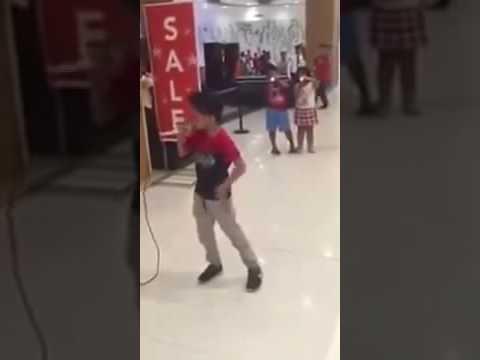 Mantap Bocah ini Nyanyi 'Flashlight' Suaranya Gegerkan Seluruh pengunjung Mall,  Jessie J LEWAT!!