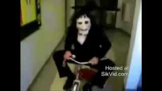 Saw  El Juego del Miedo   Muñeco Macabro Accidentado en Triciclo   240p H 263 MP3