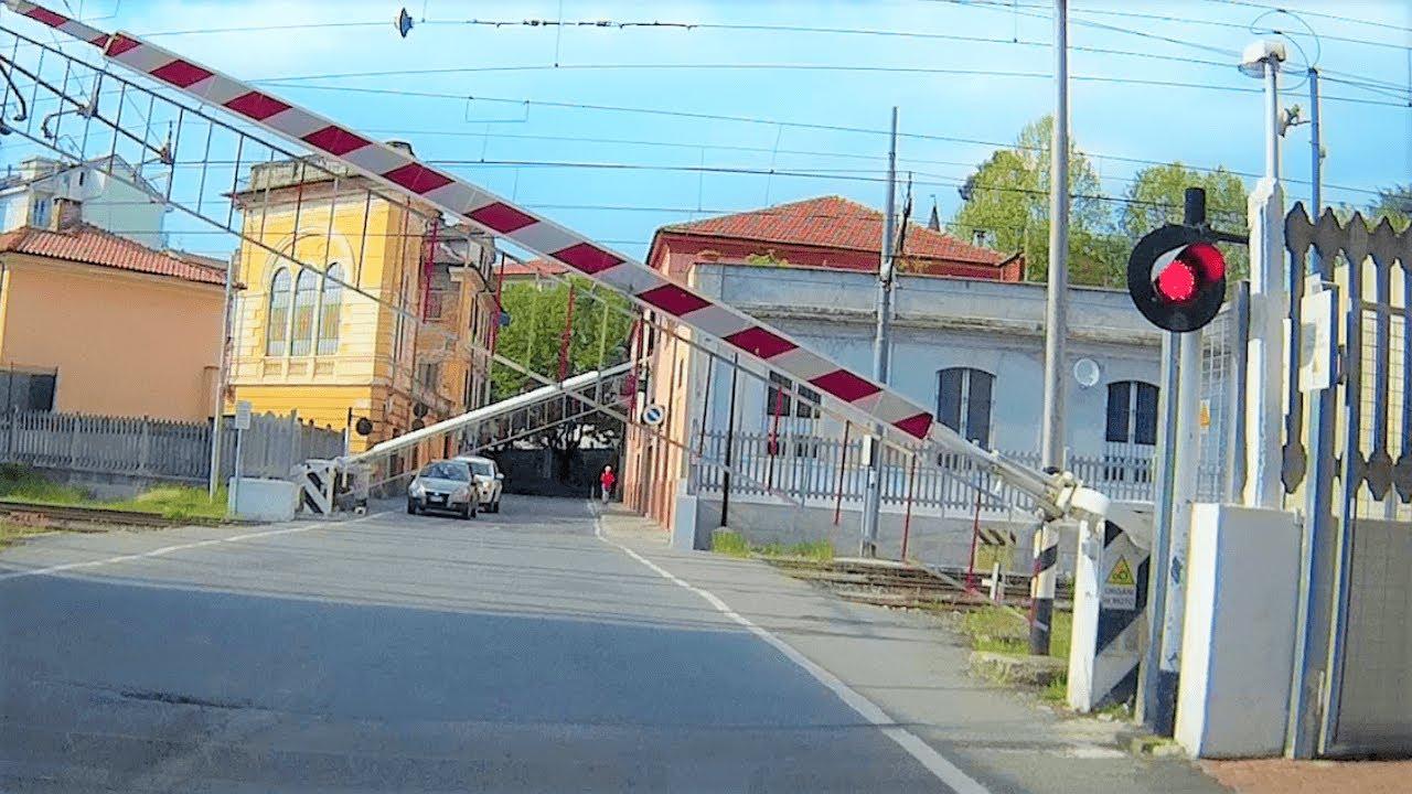 Passaggio a livello Acqui Terme (AL) Via Chiabrera treno in transito #passaggioalivello #acquiterme