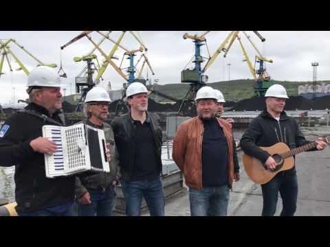 D.D.E. synger Vinsjan på kaia i Murmansk