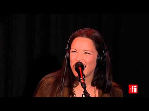 "Natasha St-Pier chante ""Mowweome Aoimkoai"" dans La Bande passante"