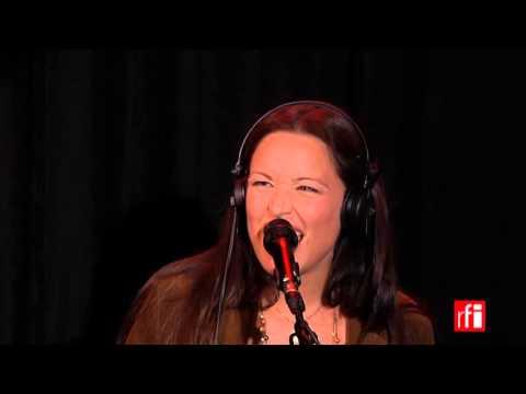Natasha St-Pier chante