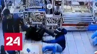 Посетитель питерского кафе быстро уложил троих приятелей за нелестный отзыв о сумке - Россия 24