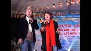 Diễn viên hài Trà My và Vượng Râu tại chùa Thiên Hương