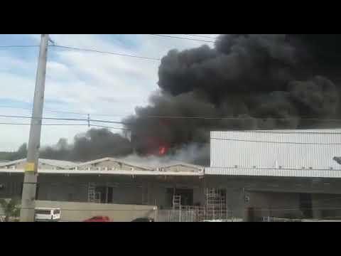 Incêndio de grandes proporções em Vila Velha ainda sem controle