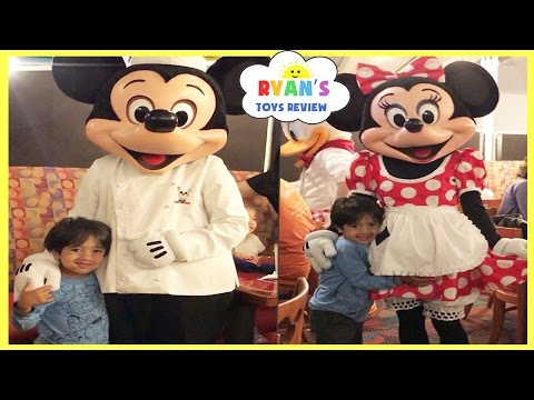 Meeting Mickey Mouse, Minnie Mouse, Goofy, Pluto, and Donald Duck IRL at Disney Character dining
