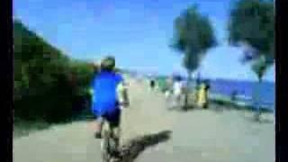Los pibes: paseo en bici por la playa...