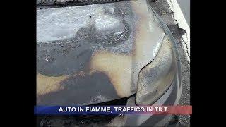 Auto in fiamme, traffico in tilt
