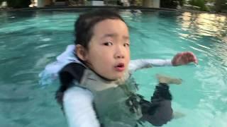 물에서 하는 재미난 놀이. 패들보드와 카약. 필리핀 세부. brave girls