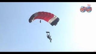 قفزات استعراضية بالمظلات من ارتفاع 2000 متر علي سفح الأهرامات