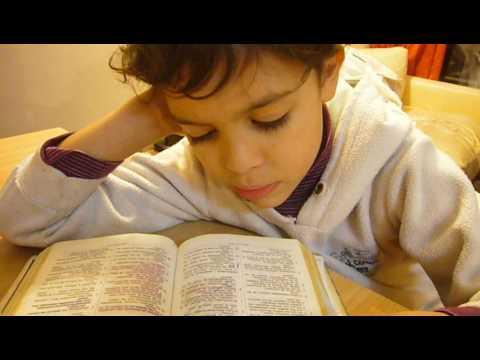 Niño de 6 años leyendo la Biblia - YouTube