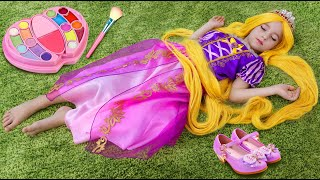 Sofia Pretend Rapunzel doing hairstyle and make up for Princess