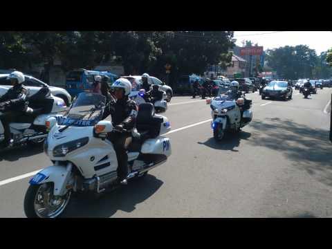 Pengawalan Iring-iringan Presiden Jokowi di Bandung tanpa berisik suara sirine dan hormat pada warga Mp3