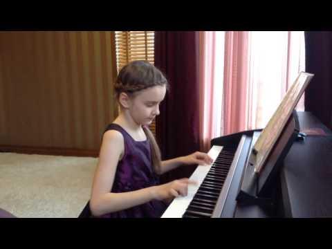 Ребенок играет на пианино. Первые шаги в игре на фортепиано.Занятие музыкой..Дети играют