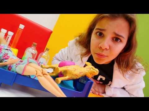 Kediler Barbie'nin köpeğine saldırıyorlar 🐶. #Barbie ile doktor oyunu izle! Kız çocuk videoları