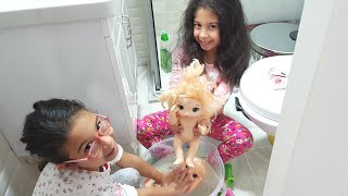 Bebek Oyunları.Sıla Ve Mira Gizlice Oyuncak Bebeklerini Yıkadı.Fun Twins.