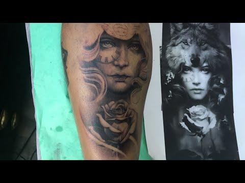 Directo Tatuaje Guerrera Con Cabeza De Lobo Y Rosa Blanco Y Negro