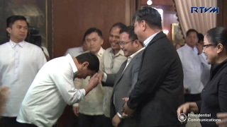 President Rodrigo Duterte met his FB bloggers and what he did was surprising!