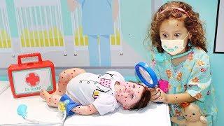 Valentina Pontes é médica por um dia e salva a bebê Reborn ♥ Pretend Play With Doctor