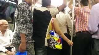 See How People Get Down From Crowded Metro Train @ Andheri Station Mumbai