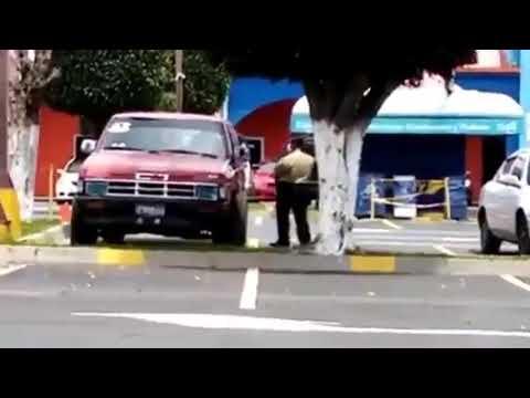 Niños atrapados en carro parqueado en Despensa de Don Juan en Santa Tecla