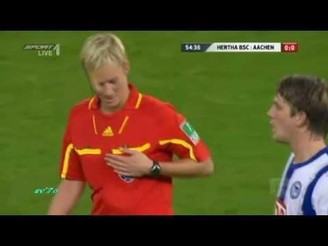 試合中にさりげなく女性審判の胸を触るサッカー選手
