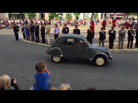 Le défilé du 14-Juillet à Cognac: les voitures anciennes.