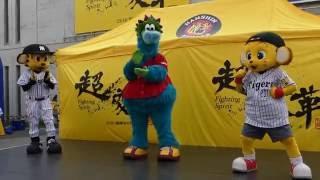 2016年7月10日(日)、甲子園球場での阪神vs広島。試合前にマスコットス...