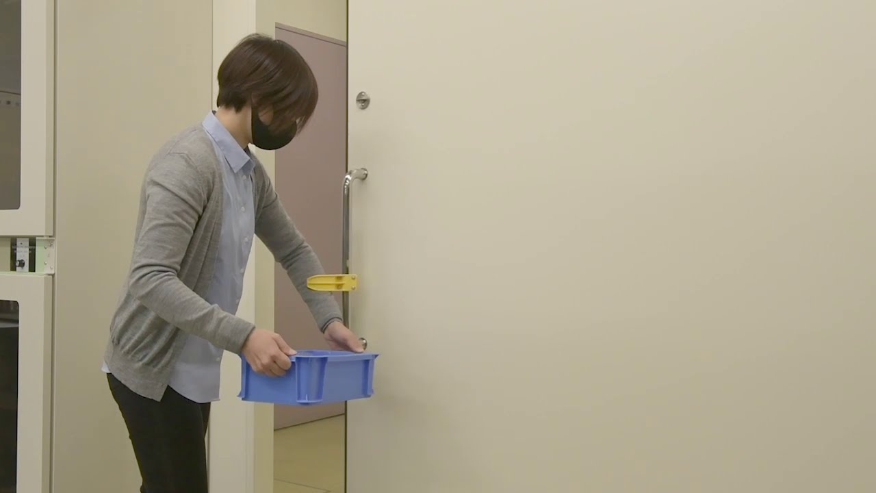 Reknob(手すり用)カラーイエロー スライド式ドア使用例(荷物を持っているバージョン)5