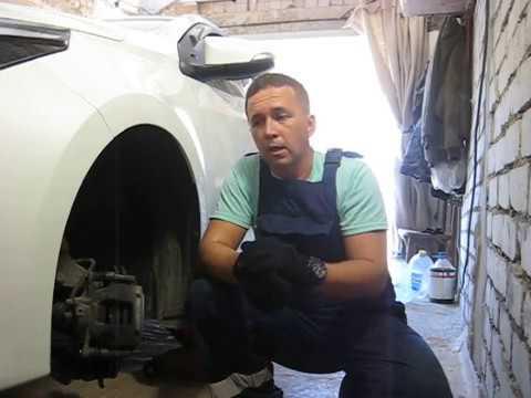 Тойота Королла 2014 года. замена передних тормозных колодок своими руками.