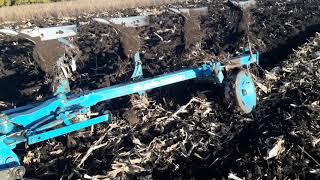 вспашка поля после кукурузы.,посеянной прямым посевом