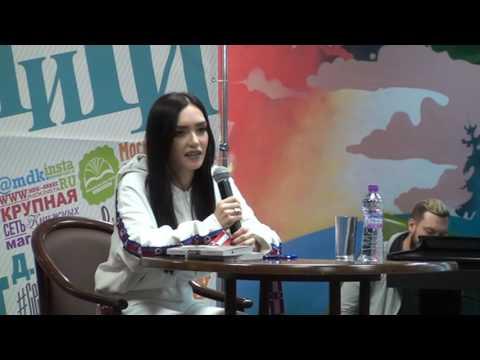 Солистка группы SEREBRO Ольга Серябкина в Московском Доме Книги