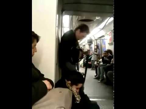 Δαιμονισμένος άντρας τραγουδάει στο Μετρό