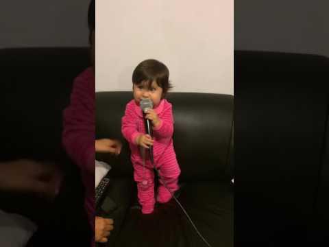 Zoe en su primer karaoke