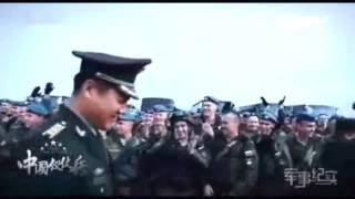 当中国仪仗队整齐的走来,乱哄哄的俄罗斯军人自动分成两派喝彩