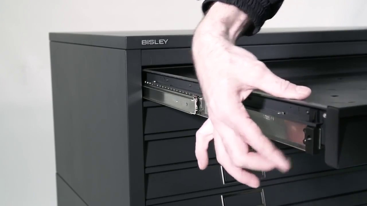 Schubladen ausbauen an einem Bisley Planschrank | Bisley-Shop.de ...